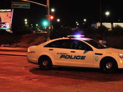 Ein Einsatzfahrzeug der Polizei erreicht den Tatort. Polizisten nahmen den mutmaßlichen Täter noch auf dem Kinogelände fest. Foto: Bob Pearson