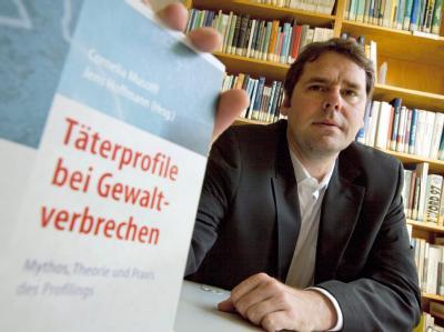 Kriminalpsychologe Jens Hoffmann in der Bibliothek des Psychologischen Instituts der TU Darmstadt. Foto: Frank Rumpenhorst / Archiv