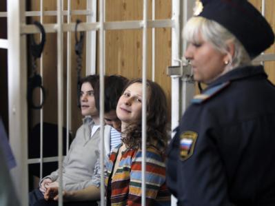Jekaterina Samuzewitsch, Nadeschda Tolokonnikowa und Maria Aljochina (v.) von Pussy Riot sitzen seit März in Haft. Foto: Yuri Kochetkov