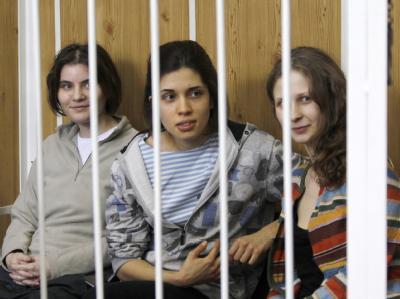 Hinter Gittern: Jekaterina Samuzewitsch, Nadeschda Tolokonnikowa und Maria Aljochina (v.l.) im Gericht. Foto: Yuri Kochetkov/Archiv
