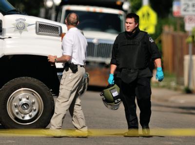 In schwerer Schutzkleidung verlässt ein Sprengstoffexperte das Apartment des mutmaßlichen Killers James Holmes in Aurora. Foto: Bob Pearson