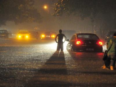 Hier hilft nur noch ein AUßenborder: Peking hat die schwersten Regenfälle seit 61 Jahren erlebt. Foto: Fanjiashan