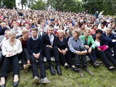 Mitglieder der AUF, Ministerpräsident Stoltenberg und Ex-Ministerpräsidentin Gro Harlem Brundtland auf der Insel. Foto: Heiko Junge
