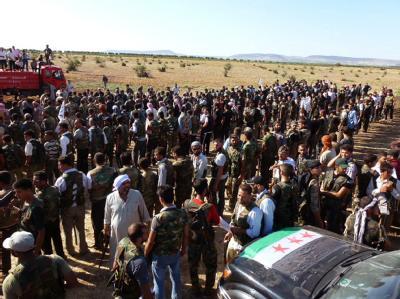 Rebellen versammeln sich im nordsyrischen Aleppo. Foto: epa/Abdurrarhman Al Sherif/Anadolu