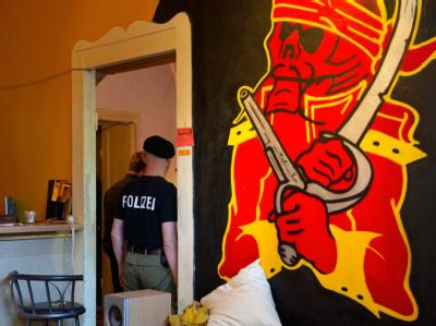 Polizeibeamte durchsuchen in Berlin Räume in einem Mietshaus. Der Klub im Erdgeschoss wird Rockern der Bandidos zugeordnet. Foto: Soeren Stache/Archiv