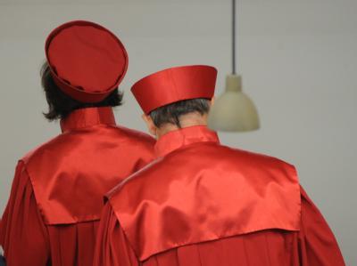 Abgang: Richter des Zweiten Senats beim Bundesverfassungsgericht nach der Urteilsverkündung zum neuen Wahlrecht. Foto: Uli Deck