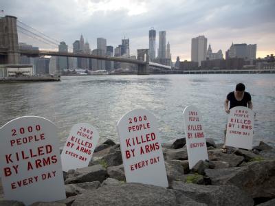 Symbolische Grabsteine: Der «Friedhof» gegenüber dem UN-Hauptsitz in New York symbolisiert die 2000 Menschen, die jeden Tag irgendwo auf der Welt durch Handfeuerwaffen sterben. Foto: Control Arms/ Andrew Kelly