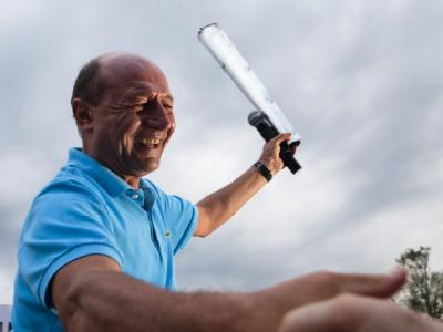 Der rumänische Staatspräsident Traian Basescu mit der «Flame of Democracy». Foto: Bogdan Baraghin