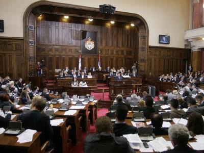Die Vereidigung der neuen serbischen Regierung verzögert sich durch eine Marathondebatte weiter. Foto: Andrej Cukic