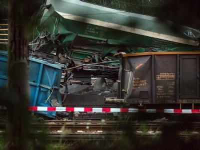 Der Mann, der sich in dem bei dem Güterzugunfall in dem zerstörten Stellwerkhaus befand, werde noch vermisst, sagte ein Sprecher der Bundespolizei der dpa. Foto: Daniel Winkler
