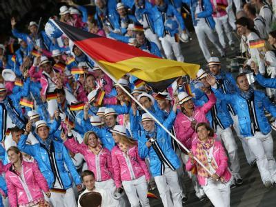 Mit Natascha Keller an der Spitze lief das deutsche Team ins Olympiastadion ein. Foto: Michael Kappeler