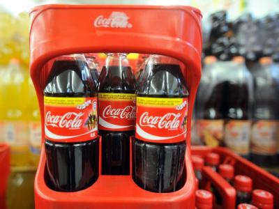Coca-Cola in Flaschen: Äußerlich und im Geschmack sind sie gleich. doch der Anteil des umstrittenen Farbstoffs in Cola variiert je nach Land Foto: Henning Kaiser/Archiv