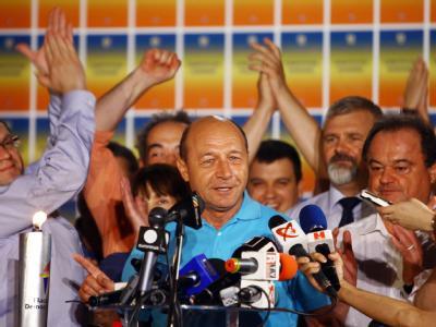 Rumäniens Präsident Basescu jubelt nach den ersten Hochrechnungen. Foto: Mihai Barbu