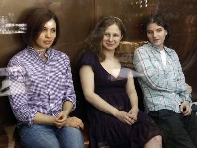 Mitglieder der Punk-Band Pussy Riot vor Gericht (v.l.n.r): Nadeschda Tolokonnikowa, Maria Aliochina und Jekaterina Samuzevitsch