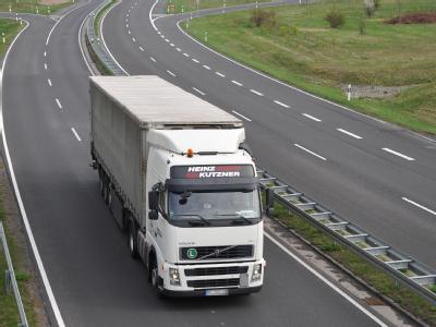 Bundesweit wird die Gebühr auf rund 1135 Kilometer Bundesstraßen fällig, die vierstreifig ausgebaut sind. Foto:Patrick Pleul