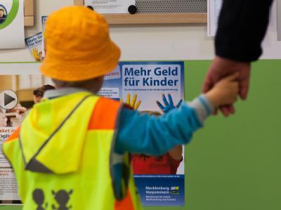 Informationsplakat der Landesregierung in einer Kita: Es fehlen noch immer 130 000 Kita-Plätze. Foto: Jens Büttner