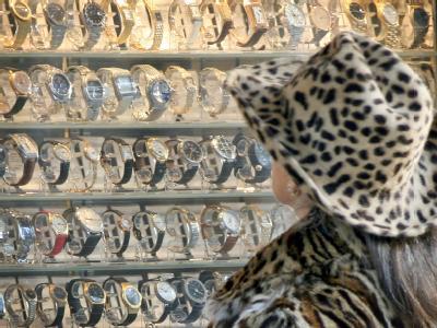 Auslage eines Luxusuhren-Verleihers auf der Königsallee in Düsseldorf. Ein Bündnis hat einen neuen Vorstoß für eine stärkere Besteuerung von «Reichen» gestartet. Foto: Martin Gerten
