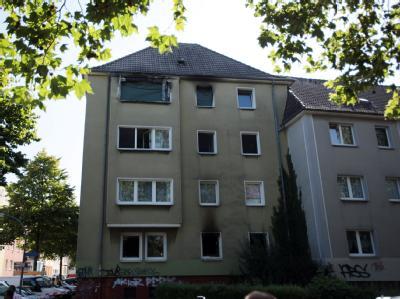Rußspuren über den Fenstern der ausgebrannten Dortmunder Wohnung. Foto: Oliver Berg