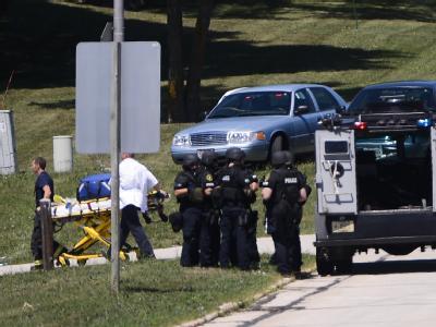 Polizisten auf dem Gelände des Sikh-Tempel in Oak Creek, Wisconsin. Foto: Tannen Maury