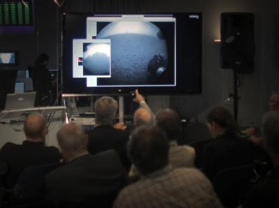 Wissenschaftler und Journalisten schauen sich im Kontrollzentrum der Europäischen Raumfahrtagentur Esa die Übertragung der Roboterlandung an. Die Esa ist mit einem Strahlenmessgerät an der Mission beteiligt. Foto: Fredrik von Erichsen