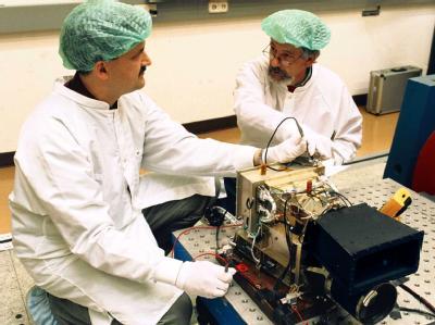 Astrium Mitarbeiter bauen eine hochauflösende Stereokamera des Typs zusammen, der auch bei der genauen Bestimmung der Landezone für den Marsrover «Curiosity» half. Foto: Astrium/Archiv