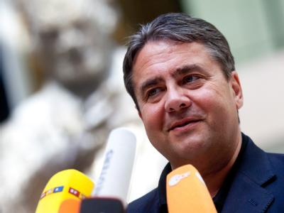 Der SPD-Bundesvorsitzende Sigmar Gabriel äußert sich auf einer Pressekonferenz zur Europa-Politik. Foto: Kay Nietfeld