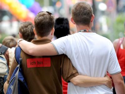 Ein schwules Paar wartet in Hamburg auf den Beginn des Christopher Street Day. Foto: Jens Ressing/Archiv
