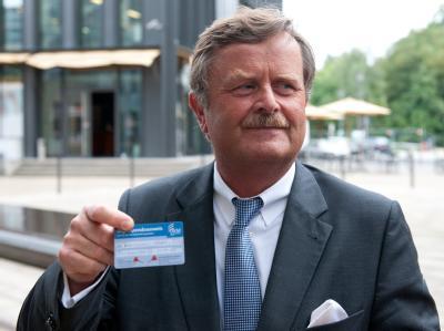 Ärztepräsident Frank Ulrich Montgomery zeigt seinen Organspendeausweis. Foto: Maurizio Gambarini