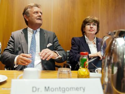 Ärztepräsident Frank Ulrich Montgomery und Anne-Gret Rinder, Vorsitzende der Prüfungskommission der Bundesärztekammer. Foto: Maurizio Gambarini