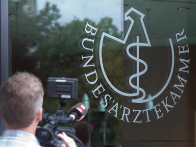 Berlin vor der Bundesärztekammer. Dort hat eine Sondersitzung der Kommissionen zur Prüfung und Überwachung der Organtransplantation bei der Bundesärztekammer stattgefunden. Foto: Maurizio Gambarini