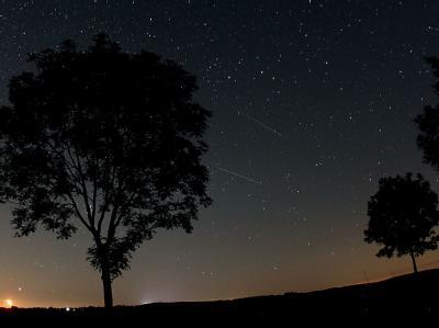 Am Himmel über der Eifel ist der Meteorschwarm der Perseiden gut zu sehen. Foto: Oliver Berg