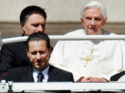 Der Kammerdiener des Papstes, Paolo Gabriele (vorne links), muss sich wegen schweren Diebstahls vor Gericht verantworten. Foto: Ettore Ferrari