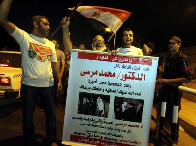 Anhänger von Präsident Mursi freuen sich über die Ablösung der bisherigen Militärführung. Foto: Khaled Elfiqi