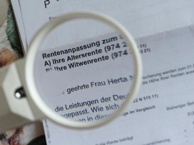 Neues Konzept gegen Altersarmut. Die SPD-Führung will an der Senkung des Rentenniveaus und der Rente mit 67 festhalten. Foto: Jens Kalaene / Archiv