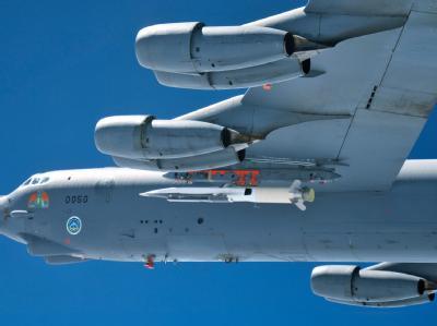 Der X-51A Waverider unter dem Flügel eines B52-Bombers. Foto: US Air Force