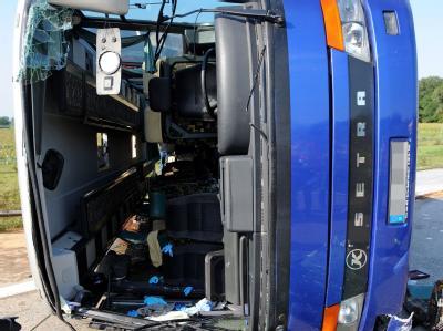 Umgekippter Reisebus
