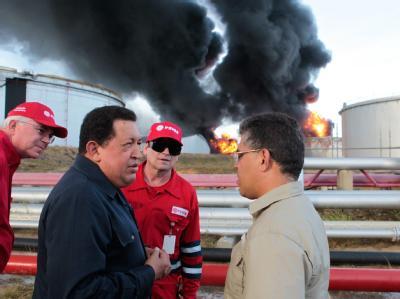 Präsident Hugo Chávez verteidigte sich bei einem Besuch der brennenden Raffinerie gegen Gerüchte, die Katastrophe sei durch mangelhafte Wartung der Anlage verursacht worden. Foto: Miraflores Palace