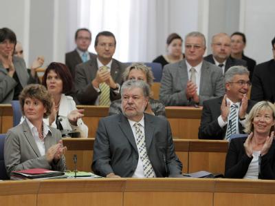 Der Ministerpräsident des Landes Rheinland-Pfalz, Kurt Beck (SPD, M), bekommt nach der Abstimmung im Landtag in Mainz Applaus von der Regierungsbank. Foto: Fredrik von Erichsen