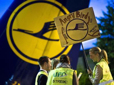 Der Flugbegleiter-Streik kommt die Lufthansa teuer zu stehen.  Foto: Frank Rumpenhorst
