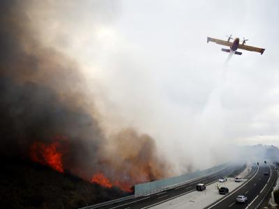 Die Feuerfront reicht gefährlich nahe an eine Autobahn. Foto: Jorge Zapata