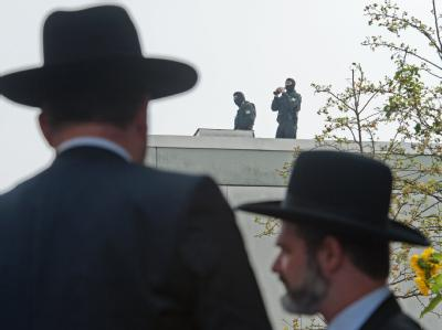 SEK-Beamte sichern in München die Kranzniederlegung zum Gedenken an die vor 40 Jahren beim Olympia-Attentat ermordeten israelischen Sportler. Foto: Peter Kneffel