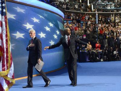 Barack Obama (r) und Bill Clinton werden beim Parteitag bejubelt. Foto: Andrew Gombert