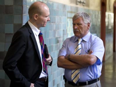 Vor Gericht muss sich Udo Voigt (r) unter anderem für die Herstellung und Verbreitung eines Wahlwerbespots verantworten, in dem Ausländer mit Kriminellen gleichgestellt wurden. Foto: Marc Tirl