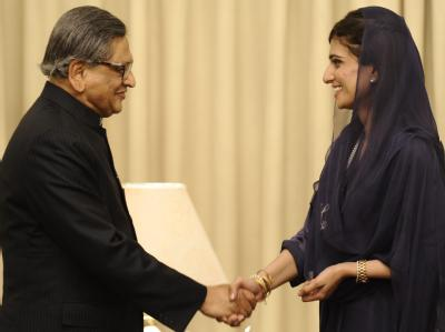 Die pakistanische Außenministerin Hina Rabbani Khar begrüßt ihren indischen Amtskollegen SM Krishna in Islamabad. Foto: T. Mughal