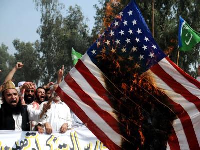 Muslime in Pakistan verbrennen die Fahne der USA. Foto: Bilawal Arbab
