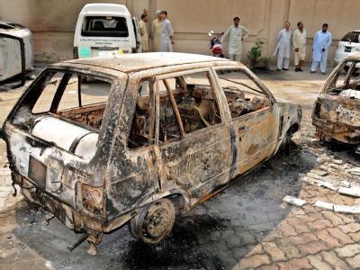 Ausgebrannte Fahrzeuge in Peshawar