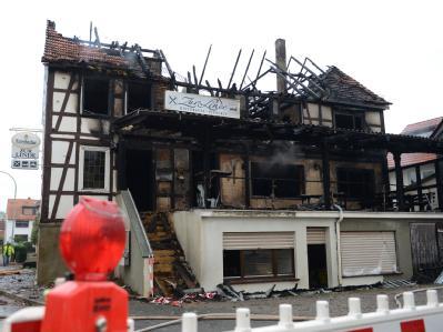 Blick auf die Trümmer des ausgebrannten Gasthofs in Lichtenfels-Neukirchen. Foto: Uwe Zucchi