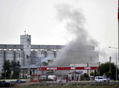 Rauch nach einem Granateneinschlag im türkischen Grenzort Akçakale. Die Spannungen zwischen der Türkei und Syrien dauern an. Foto: Veli Gurgah/ Anadolu Agency