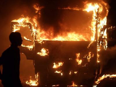 Ein Bus von Mursi-Anhänger steht in Flammen. Auf dem Tahrir-Platz waren Islamisten und Vertreter von Parteien aus dem linken und liberalen Spektrum aufeinander losgegangen. Foto: Stringer