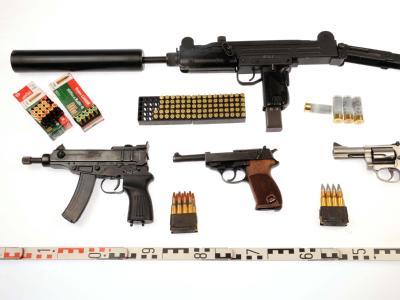Diese Waffen stellten Ermittler in der Flensburger Rockerszene sicher: Maschinenpistolen, Schrotflinten, großkalibrige Revolver und Pistolen.